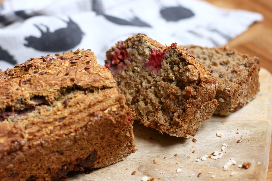 vegan bananen havermoutbrood met frambozen | green and the cities